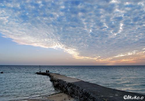 釣り人と夕暮れのうろこ雲