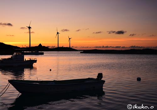 風車と漁港の夕暮れ