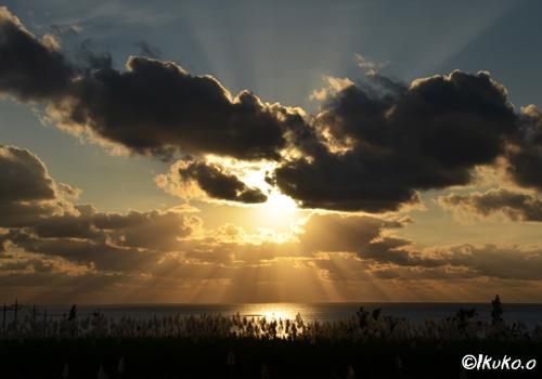 雲の間から降り注ぐ夕陽