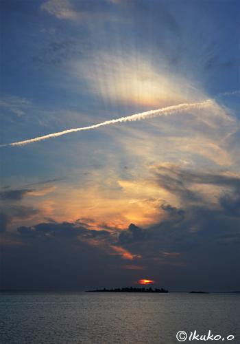 輝く飛行機雲