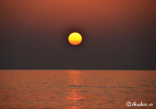 海を赤く染める夕日