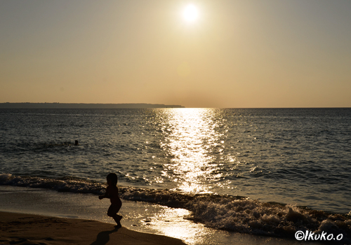 夕陽とビーチの子供