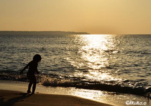 輝く波と子供