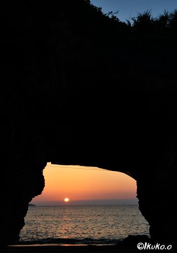 風洞の先に沈む太陽