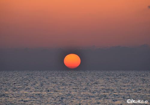 水平線上のオレンジ色の球体