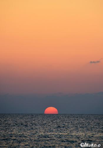 水平線に半分かくれた太陽