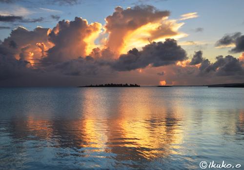 海面に映るオレンジの雲