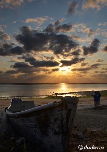 サバニと夕陽に染まる雲