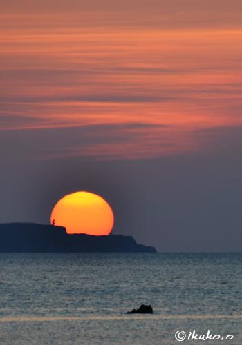 線香花火の玉のような夕日