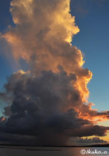 赤く染まる海上の入道雲