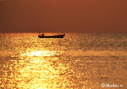 黄金色の海に浮かぶ漁船