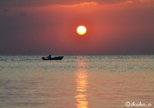 日没前の太陽と漁船