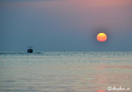 水平線に近づく太陽