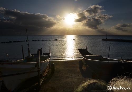 古い漁港の夕暮れ