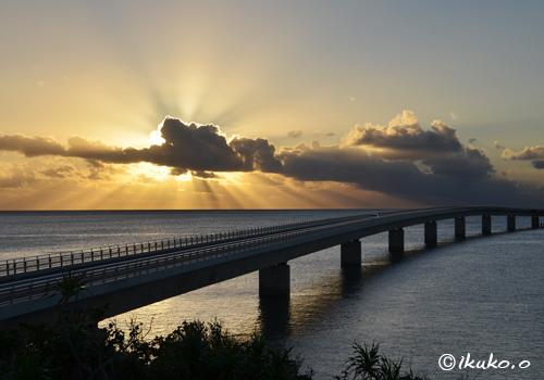 伊良部大橋と光