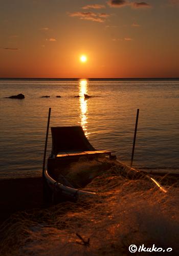 サバニを照らす夕陽