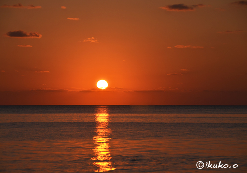 海の上に浮かぶ球体の太陽