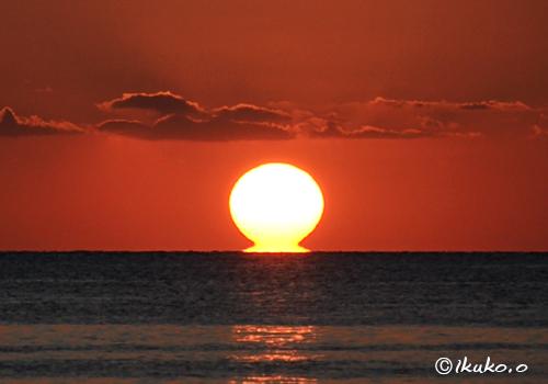 海に溶ける太陽