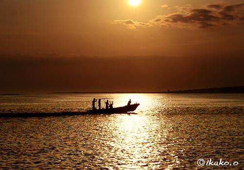 輝く海と漁船