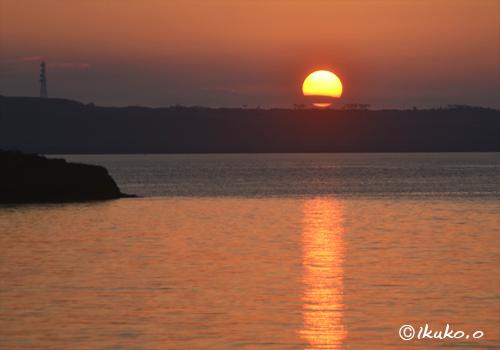 伊良部島に乗った太陽