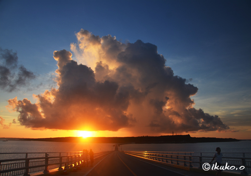 伊良部大橋と夕暮れの入道雲