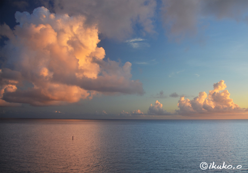 海上に浮かぶピンクの雲