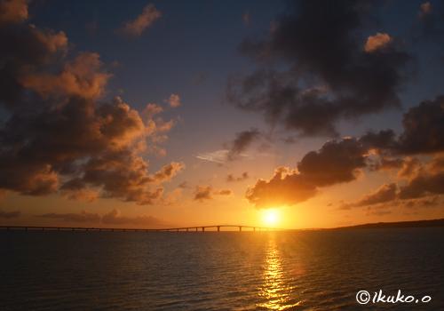 伊良部大橋の先に沈む夕陽