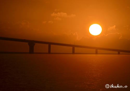 伊良部大橋とまん丸な夕陽