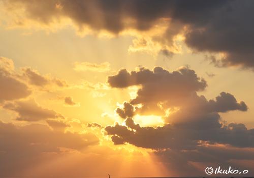 天上へとのびる光
