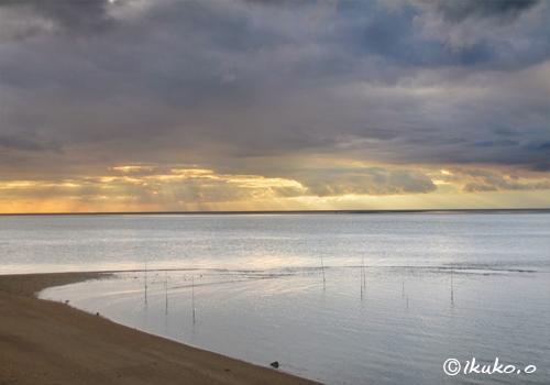 分厚い雲と輝く海