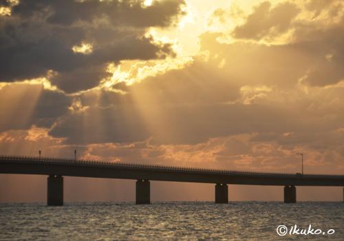 伊良部大橋と黄金色の光