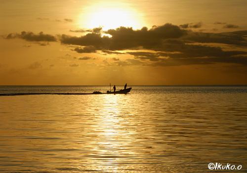 夕陽の中の漁船