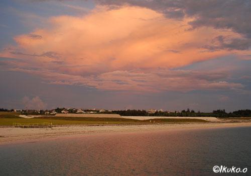 ビーチに映る夕焼け雲