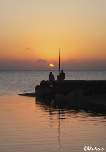 夕陽と釣り人