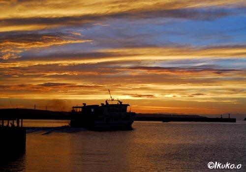 夕焼けの中の船