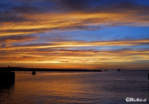 オレンジの雲と空の青