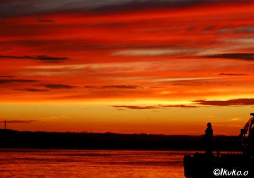赤く染まる空と海