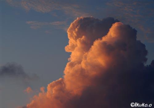 夕陽に染まる入道雲